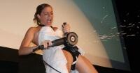Esta novia corta su cinturón de castidad en la boda y todo el mundo en Internet la photoshopea