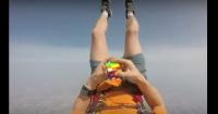 VIDEO: No podrás creer lo que este paracaidista hace mientras cae al vacío
