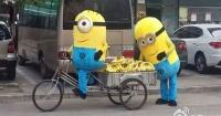 Pareja de Minions recorre las calles de China repartiendo bananas