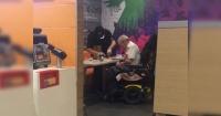 Lo que hizo este cajero de McDonald's por este anciano te hará creer que aún hay gente buena en el mundo