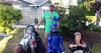 Este padre hizo felices a sus 3 hijos en sillas de ruedas con los más lindos disfraces de Halloween