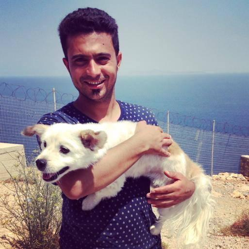 """""""Ahmad no pudo dejar a su perro Teddy en Siria, por lo que se lo llevo con él en el barco a Grecia"""""""