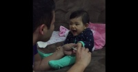 Mira la malvada reacción de esta niña cuando su padre quiere cortarle las uñas