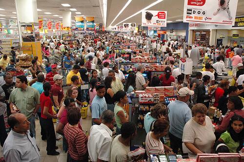 Resultado de imagen de imagenes de gente comprando mucho