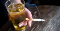 Se acabó el misterio: Por qué inevitablemente fumas cuando bebes alcohol