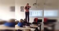 Esta profesora se desviste frente a sus alumnos para enseñarles sobre el cuerpo humano