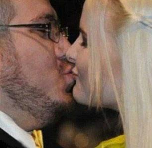 Jessica dándose un beso en su matrimonio.