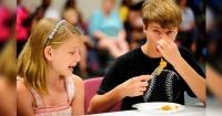 Insólito: Jóvenes creen que los dedos de pescado son dedos de pescado y no saben lo que comen