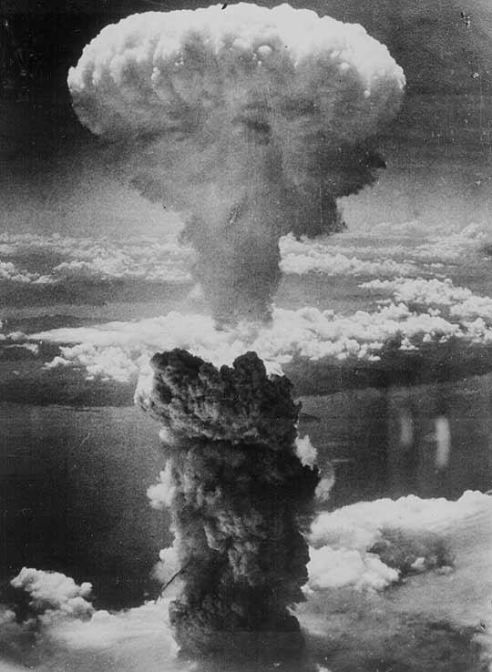 El hongo nuclear dejado por la detonación de la bomba en Hiroshima, Japón