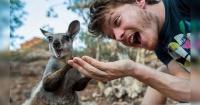 Este chico es un experto en sacarse selfies ¡Pero con animales!