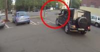La lección que le da esta motociclista a las personas que botan basura en la calle