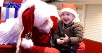 Esta niña se llevó la sorpresa de su vida al hablar con Santa Claus