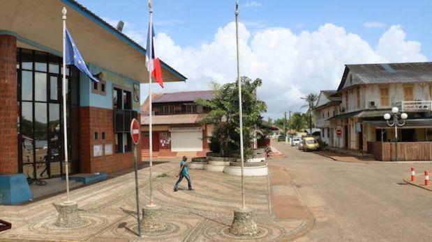 Las banderas de Francia y la Unión Europea, en la alcaldía de Saint-Georges.