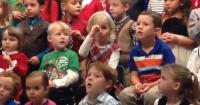 VIDEO: Esta pequeña sorprendió a sus padres sordos en su presentación navideña