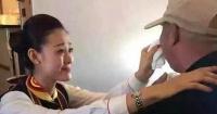 El simple acto de bondad de una azafata que hizo llorar a este pasajero con parálisis