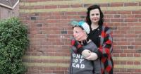 Esta mamá extrañaba que su hijo la abrazara así que decidió tejer un hijo de tamaño real