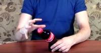 El truco para doblar una botella de Coca Cola con la mente
