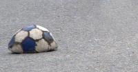 Policía revienta por accidente pelota de un niño y esto hace para compensarlo