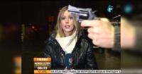 Así reaccionó esta reportera mientras un hombre le saca un arma en plena transmisión