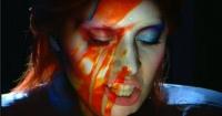 Tienes que ver el poderoso homenaje de Lady Gaga a David Bowie en los Grammys
