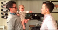 VIDEO: La graciosa confusión de este bebé al conocer al gemelo de su papá