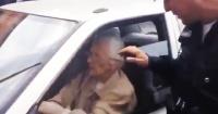Parecía una inocente abuelita, pero al volante es un verdadero peligro