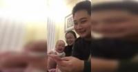 El contagioso ataque de risa de un bebé mientras su padre cuenta dinero