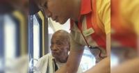 Este anciano no podía comer bien y el empleado del restaurante respondió de esta manera