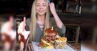 Atractiva joven arrasa con hamburguesa de casi un kilo en nueve minutos