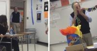 Este profesor entraba a dar su clase y no se imaginó lo que le tenían preparado sus alumnos