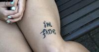 """Se hizo un tatuaje que dice """"estoy bien"""", pero si lo miras desde otro ángulo el mensaje te sorprenderá"""