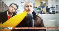 Despachaba en vivo para la TV mientras un peatón lo molestaba y así fue su furiosa reacción