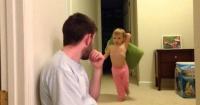 Este papá enfrentó a su pequeña hija en despiadada guerra de almohadas