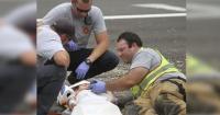 Este bebé de 4 años acaba de tener un accidente y así es como un bombero lo calma