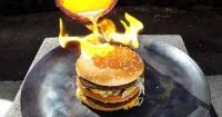 Esto es lo que ocurre al verter cobre fundido sobre una hamburguesa