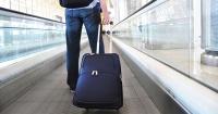 Llevaba a una bebé escondida en su equipaje de mano y nadie se percató