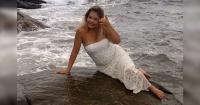 Está sacándose fotos junto al mar para su boda y no se imagina lo que le está a punto de suceder
