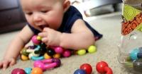 Esto es lo que debes hacer si un bebé se atora con un objeto en la boca