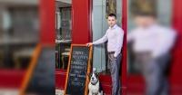 Dueño de restaurante deja entrar a perros y se lo prohíbe a los banqueros por esta razón