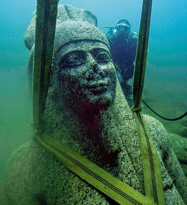 Cabeza del Dios Hapi sumergida bajo el mar