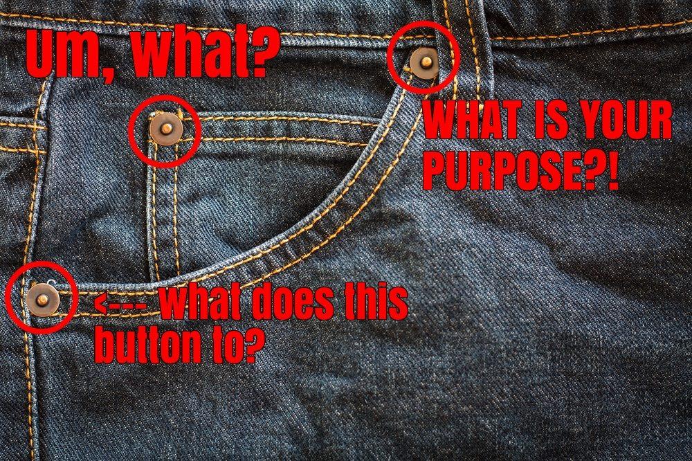 Detalle de los botones metálicos en los jeans
