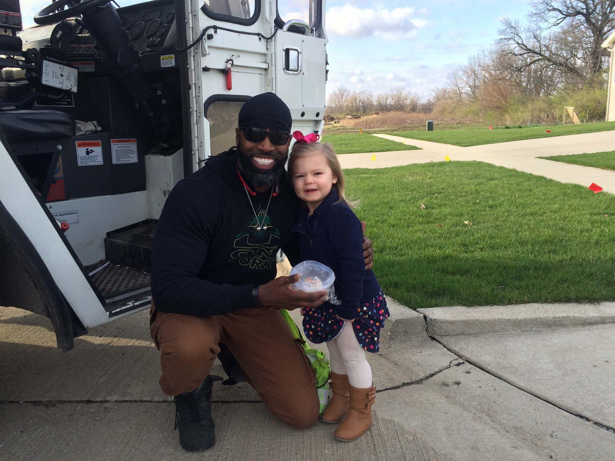 El sonriente hombre y la pequeña posan para la foto