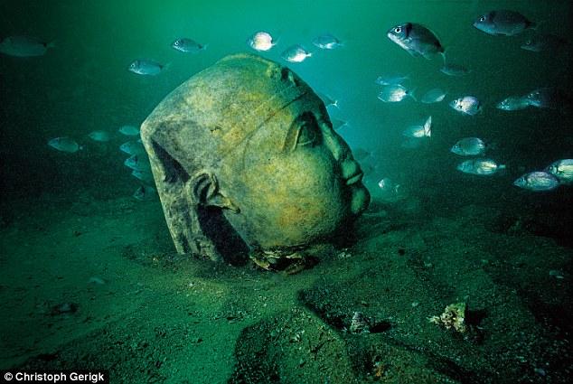 Cabeza de una estatua en el fondo del mar