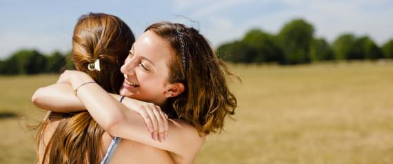 Dos chicas abrazándose