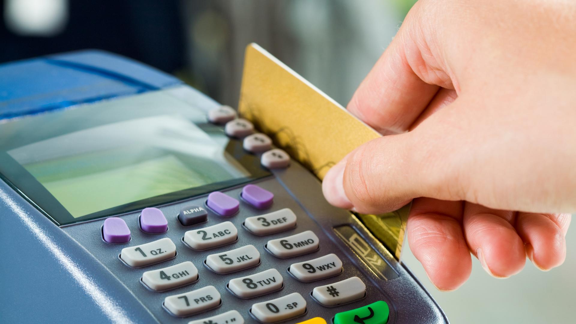 El hombre usó su tarjeta de crédito para ayudar a Alesha.