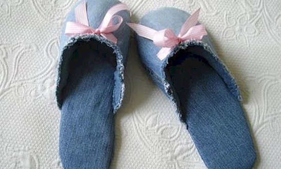 Pantuflas creadas a partir de jeans reutilizados