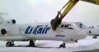 Día de furia: Lo despidieron y en venganza destrozó un avión con una excavadora