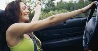 Tres cosas que las mujeres hacen mejor que los hombres frente al volante