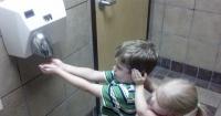 Si te lavas las manos en un baño público, deberías evitar usar el secador por esta razón