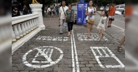 En China hay tantos accidentes entre personas que miran su celular que se les ocurrió esta idea